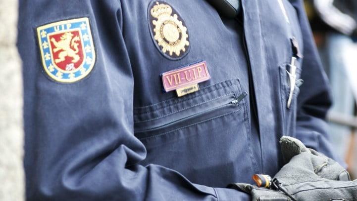 ¿Está obligado un agente de policía a facilitar su número de identificación si se lo pide un ciudadano?