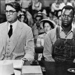 El acusado y su defensa deben sentarse juntos en los juicios