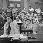 El acusado en un procedimiento penal debería declarar en último lugar durante el juicio y sentarse junto a su abogado